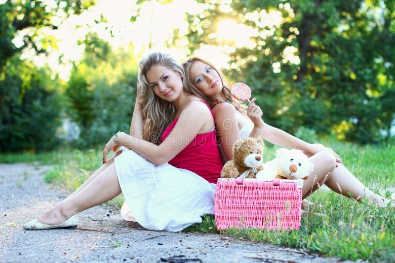 Twee Kaukasische glimlachende vrouwen royalty-vrije stock afbeelding