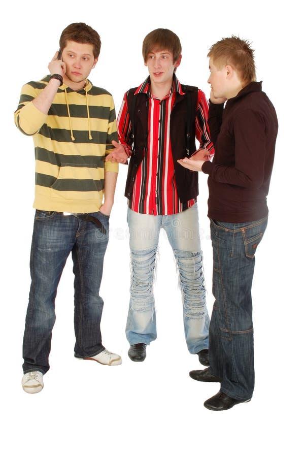 Twee kerelsbespreking door mobiel stock fotografie