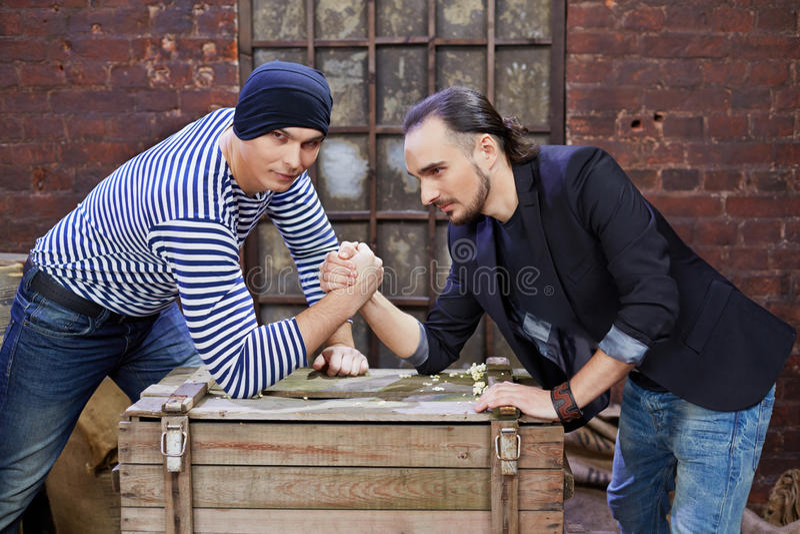 Twee kerelsworsteling op houten borst stock fotografie