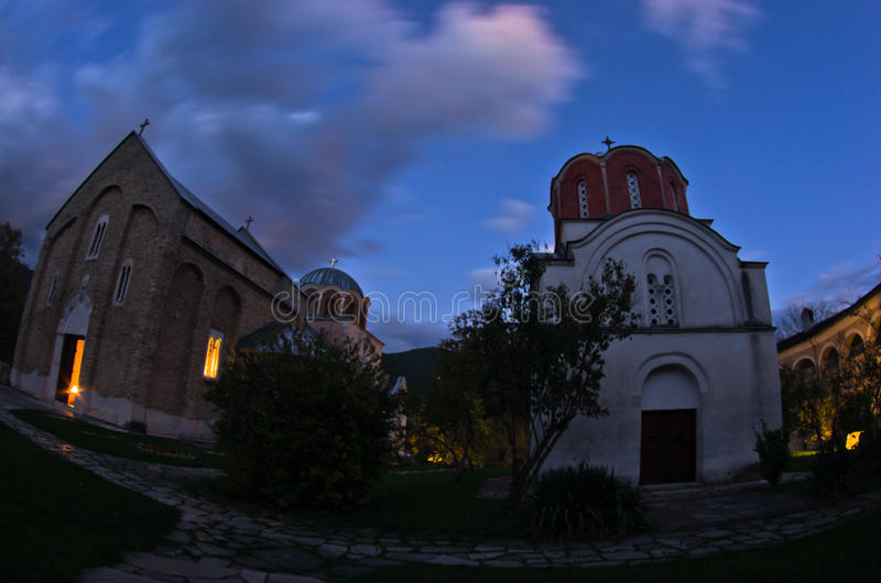 Twee kerken binnen Studenica-klooster tijdens avondgebed royalty-vrije stock foto