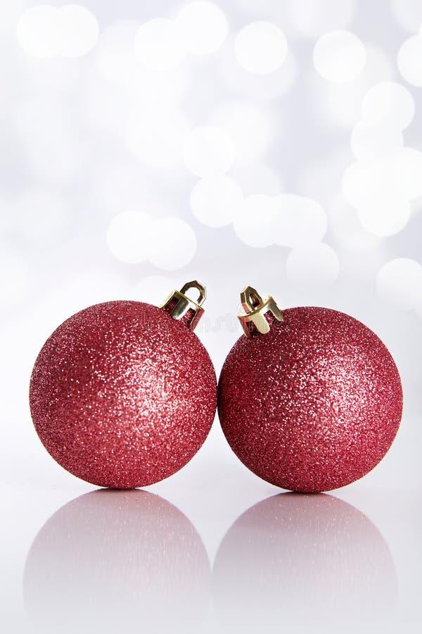 Twee Kerstmisballen op abstracte achtergrond stock foto's
