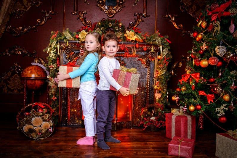 Twee Kerstmiskinderen stock foto