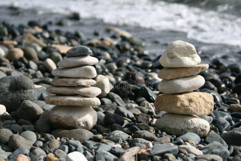 Twee kiezelsteenpiramides op een strand royalty-vrije stock foto's
