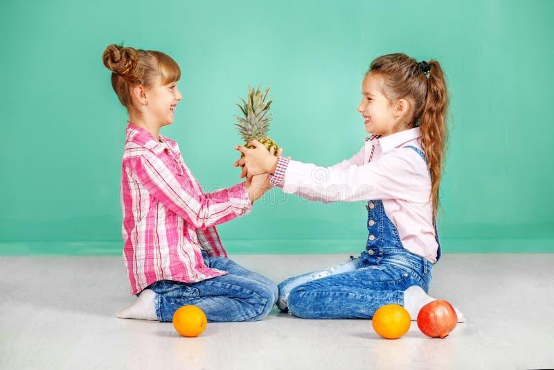 Download Twee Kinderen Bepleiten Ananas Zusters In Jeans Het Concept Stock Foto - Afbeelding bestaande uit fruit, gezond: 107703978