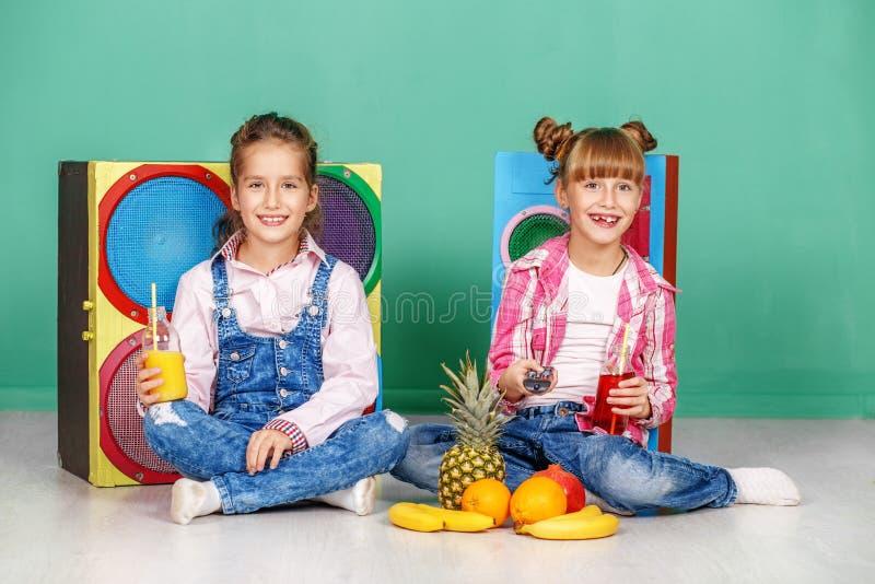 Download Twee Kinderen Bepleiten Ananas Zusters In Jeans Het Concept Stock Foto - Afbeelding bestaande uit greep, glas: 107704006