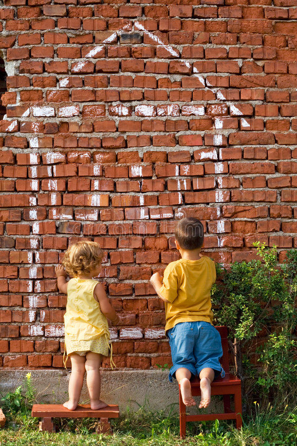 Twee kinderen die een huis trekken