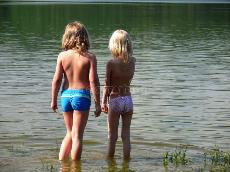 Twee kinderen en de rivier royalty-vrije stock afbeeldingen