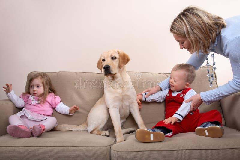 Twee kinderen en een hond stock afbeeldingen