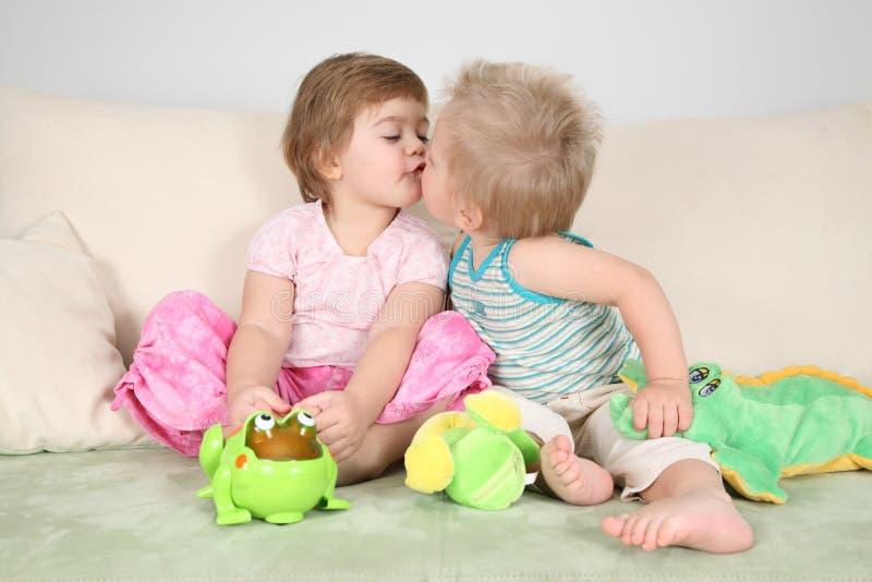 Twee kinderen het kussen stock afbeelding. afbeelding bestaande uit