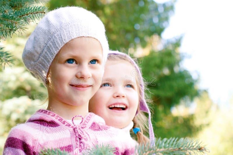 Twee kinderen in kleurrijke gebreide kleding royalty-vrije stock afbeeldingen