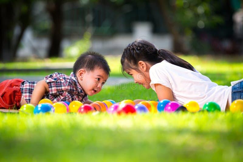 Twee kinderen leggen op groen gras royalty-vrije stock foto