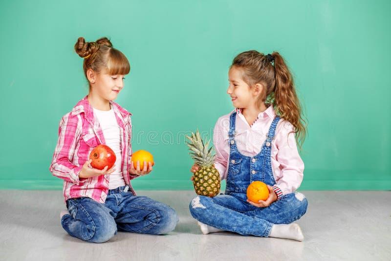 Download Twee Kinderen Met Fruit, Sinaasappel, Ananas En Granaatappel Meisje Stock Afbeelding - Afbeelding bestaande uit drank, pret: 107703957