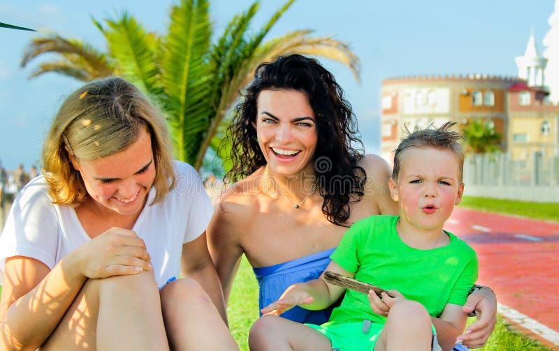 Twee kinderen met mamma zitting en het lachen Oprechte emoties royalty-vrije stock afbeelding