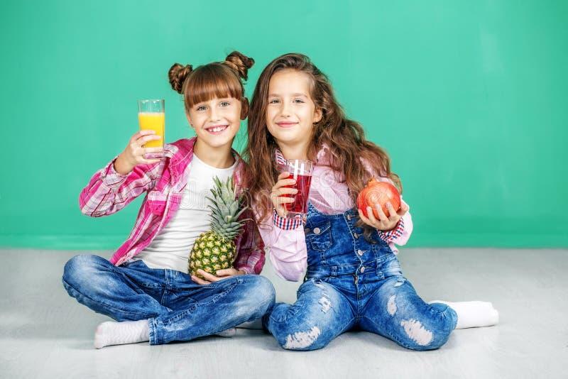 Download Twee Kinderen Met Sap En Fruit Meisjes Met Ananas En Pitvrucht Stock Foto - Afbeelding bestaande uit gezond, huis: 107703904