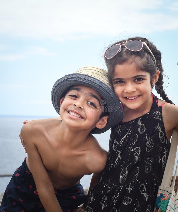 Twee kinderen stellen voor een foto royalty-vrije stock afbeeldingen
