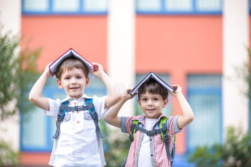 Twee kinderen van jongere school verouderen, zijn de jongen en zijn vriend r stock foto's
