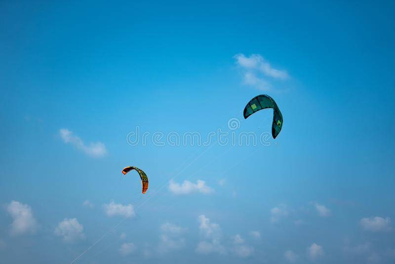 Twee kitesurfzeilen in de blauwe hemel stock afbeeldingen