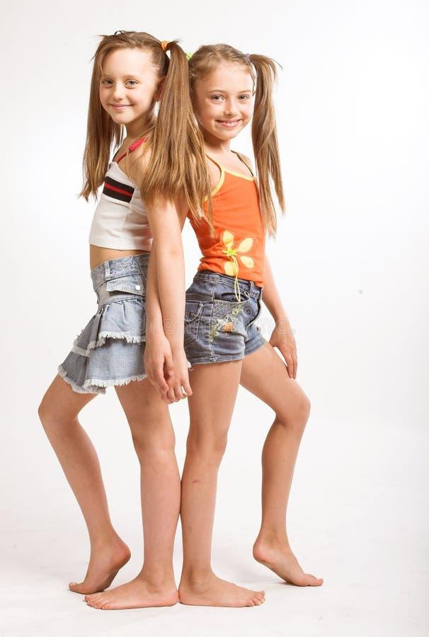 Twee kleine blonde meisjes royalty-vrije stock afbeelding