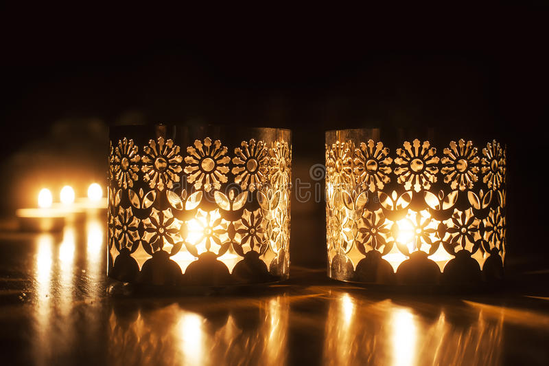 Twee kleine brandende kaarsen op donkere achtergrond royalty-vrije stock afbeelding