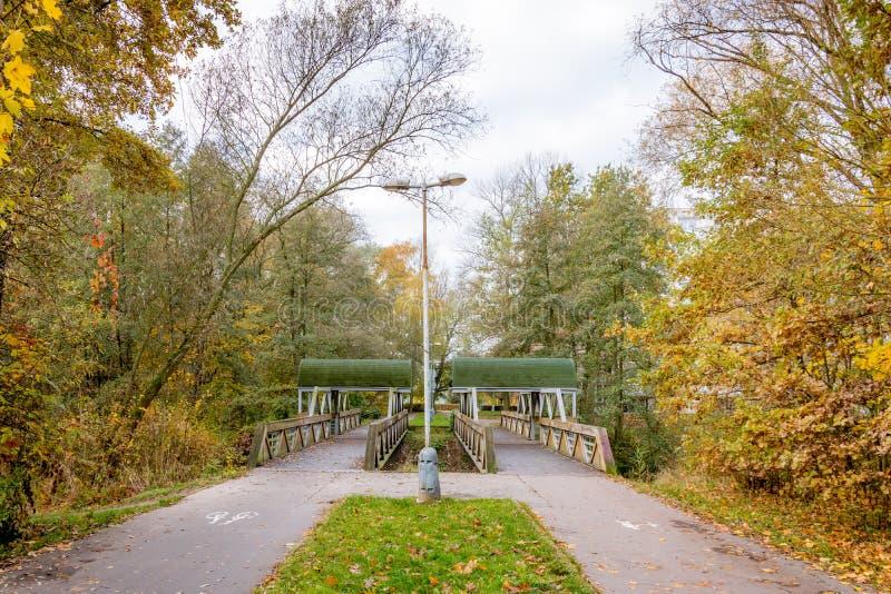 Twee kleine bruggen over de rivier stock foto
