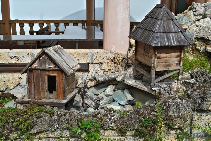 Twee kleine houten modelhuizen, minilandschap royalty-vrije stock foto
