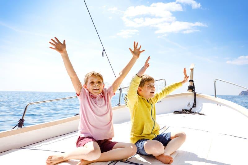 Twee kleine jong geitjejongens, het beste vrienden genieten die rondvaart varen Familievakanties op oceaan of overzees op zonnige stock foto's