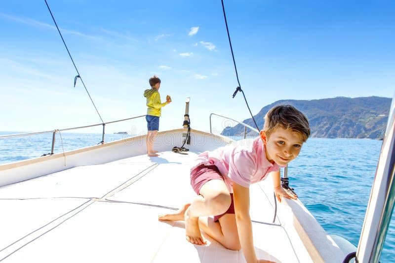 Twee kleine jong geitjejongens, het beste vrienden genieten die rondvaart varen Familievakanties op oceaan of overzees op zonnige royalty-vrije stock fotografie