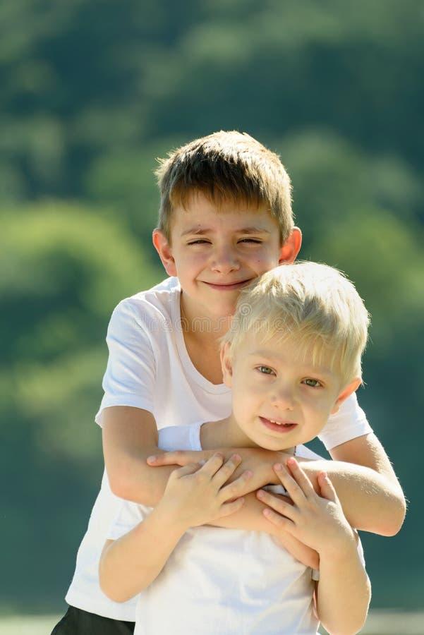 Twee kleine jongens koesteren in openlucht Concept vriendschap en broederlijkheid royalty-vrije stock foto's