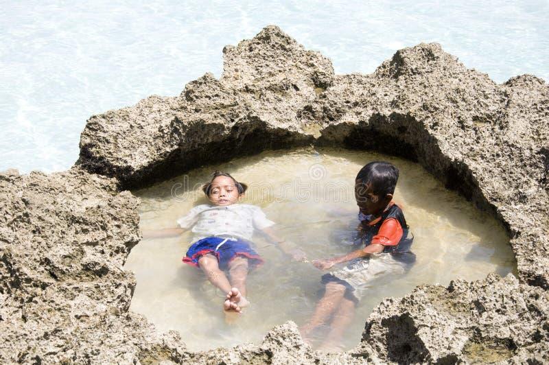 Twee kleine jongens ontspannen op Boracay-strand stock afbeelding