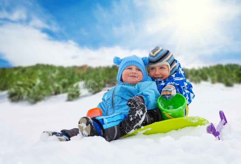 Twee kleine jongens op de winterdagen royalty-vrije stock afbeeldingen