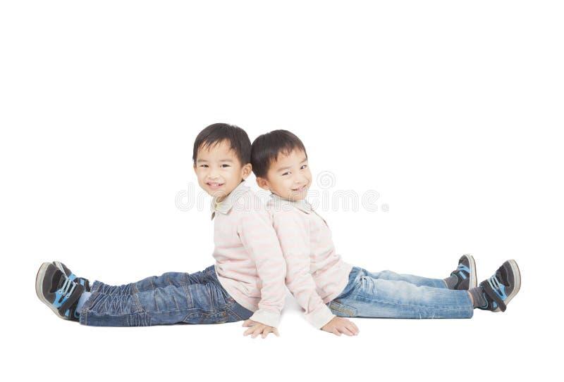 Twee Kleine Jongenszitting Op De Vloer Stock Afbeeldingen