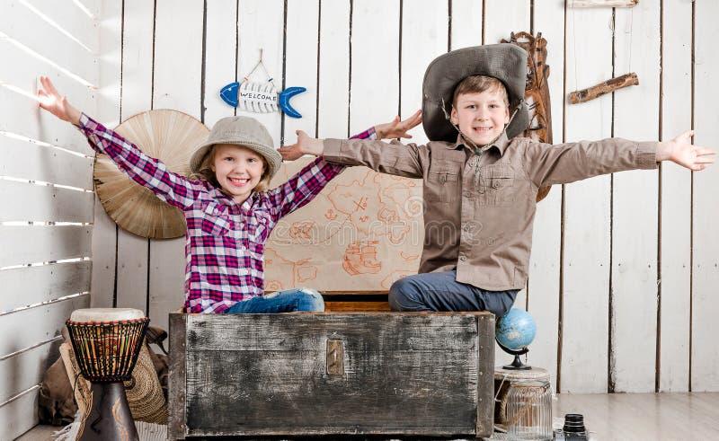 Twee kleine lachende kinderen met omhoog handen stock foto's