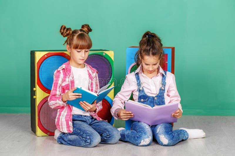 Download Twee Kleine Meisjes Gelezen Boeken In De Kinderen` S Ruimte Het Concept O Stock Foto - Afbeelding bestaande uit binnen, vriend: 107704068