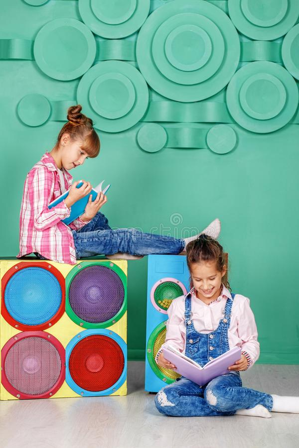 Download Twee Kleine Meisjes Gelezen Boeken In De Ruimte Het Concept Kinderjaren Stock Foto - Afbeelding bestaande uit weinig, jeans: 107704024