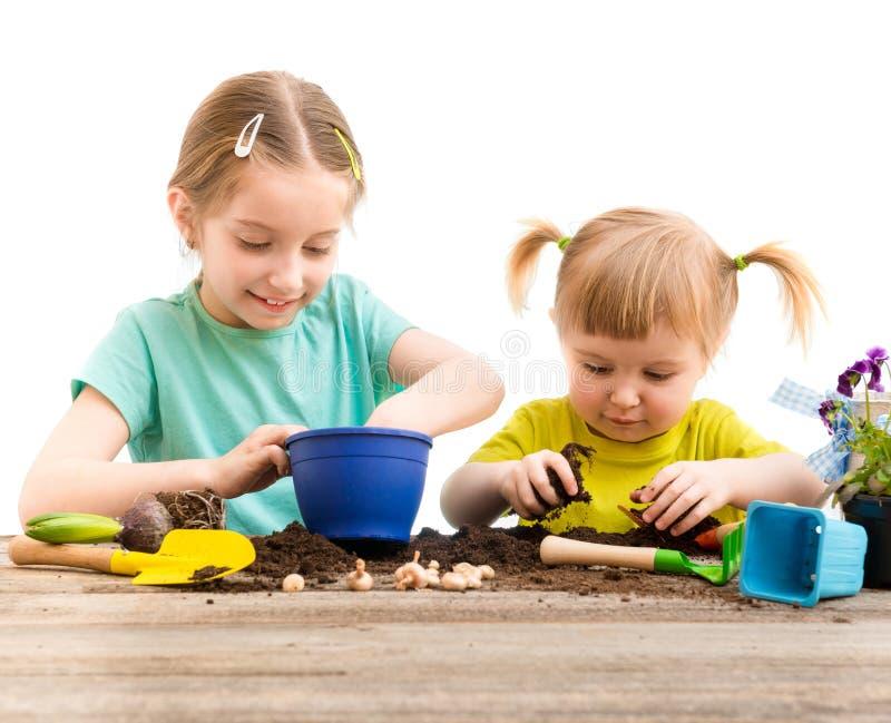 Twee kleine zusters zijn bezig geweest met het tuinieren royalty-vrije stock fotografie