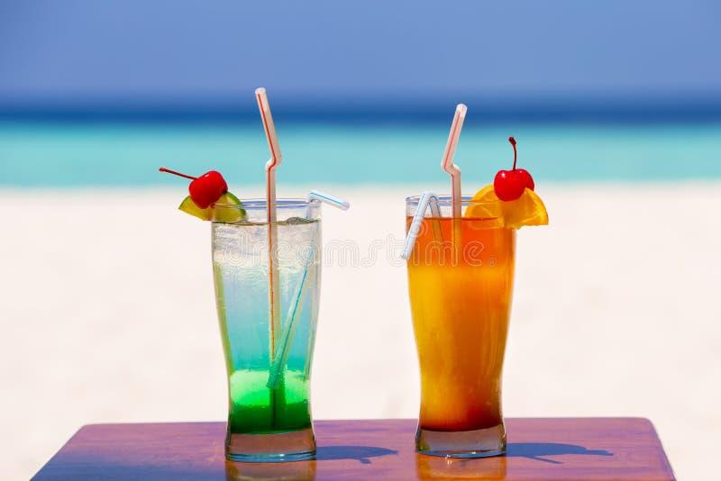 Twee kleurrijke cocktails op het strand royalty-vrije stock foto