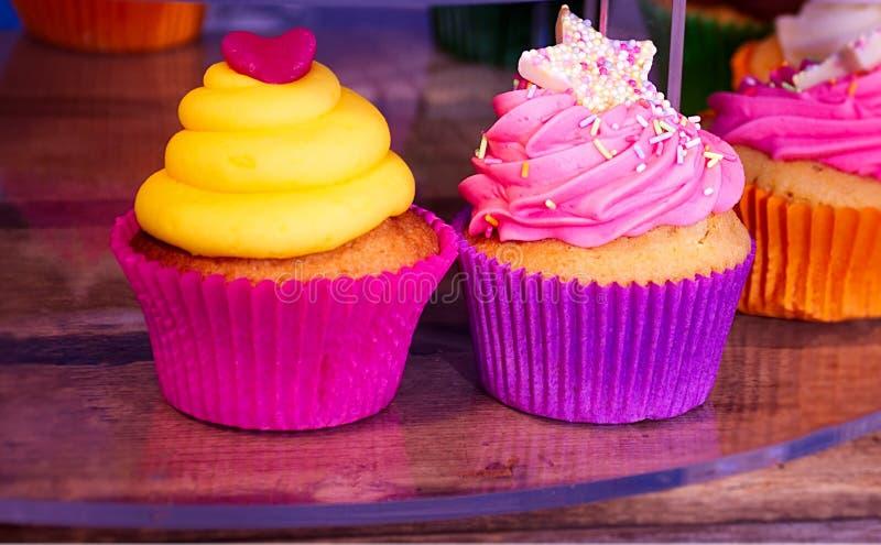 Twee kleurrijke cupcakes op straatmarkt royalty-vrije stock afbeelding