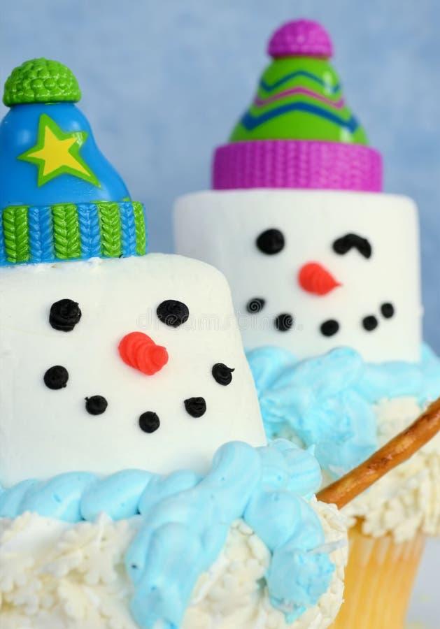 Twee kleurrijke sneeuwmannen cupcakes royalty-vrije stock foto's