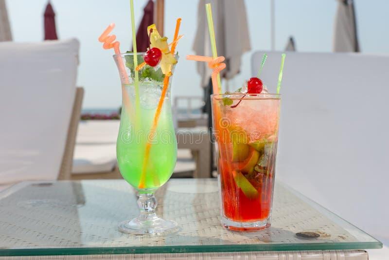 Twee kleurrijke tropische cocktails royalty-vrije stock afbeeldingen