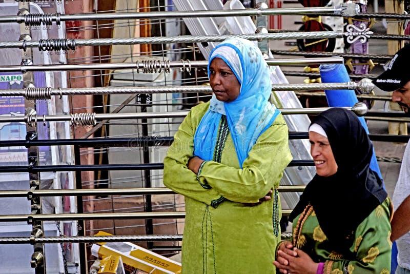 Twee kleurrijke vrouwen in Marrakech souk royalty-vrije stock afbeelding