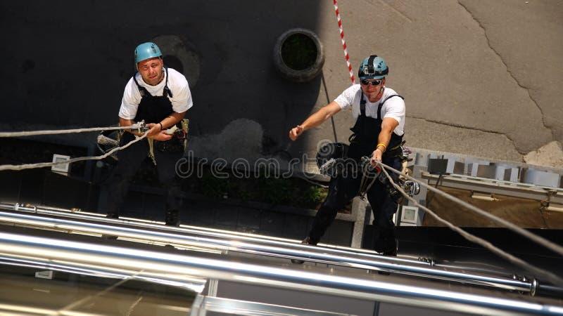 Twee Klimmers die aan Hoogten werken stock foto's