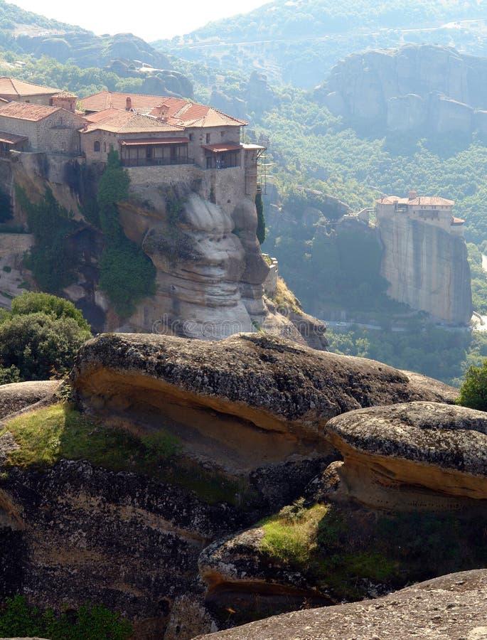 Twee kloosters tegen bergen royalty-vrije stock fotografie