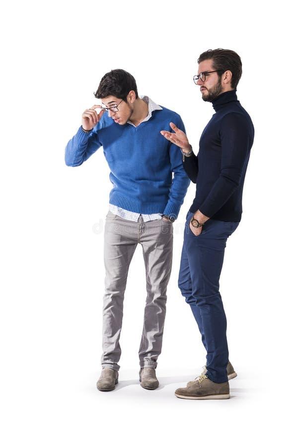 Twee knappe mensen in modieuze kleren stock foto's