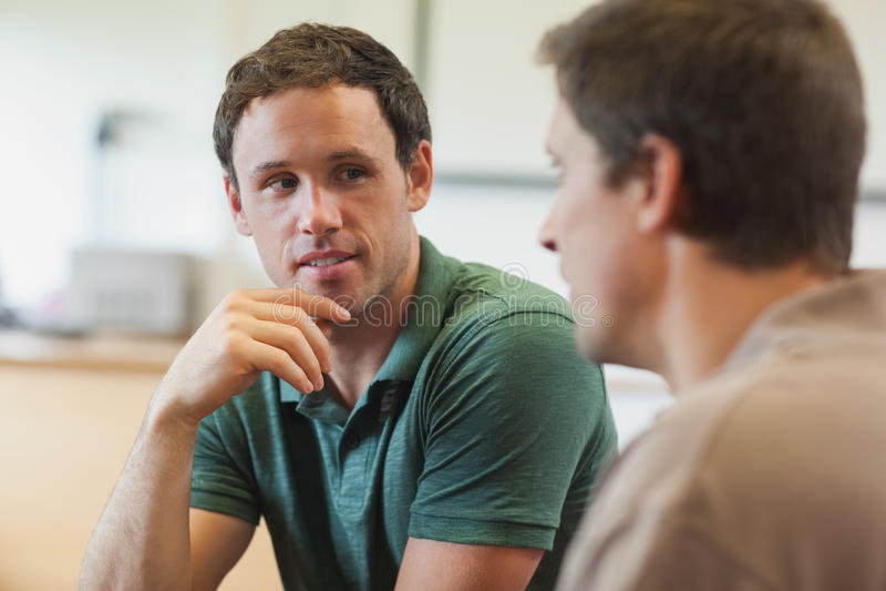Twee knappe rijpe studenten die een gesprek hebben