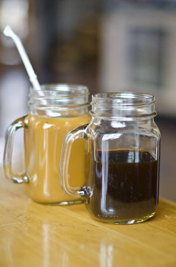 Twee koffie in de mokken van de metselaarkruik stock afbeelding