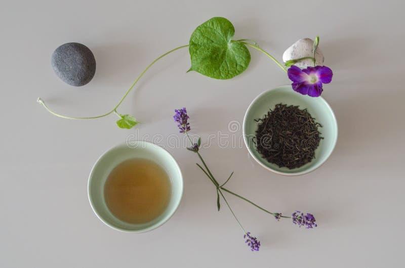 Twee kop theeën en natuurlijke decoratie stock afbeeldingen