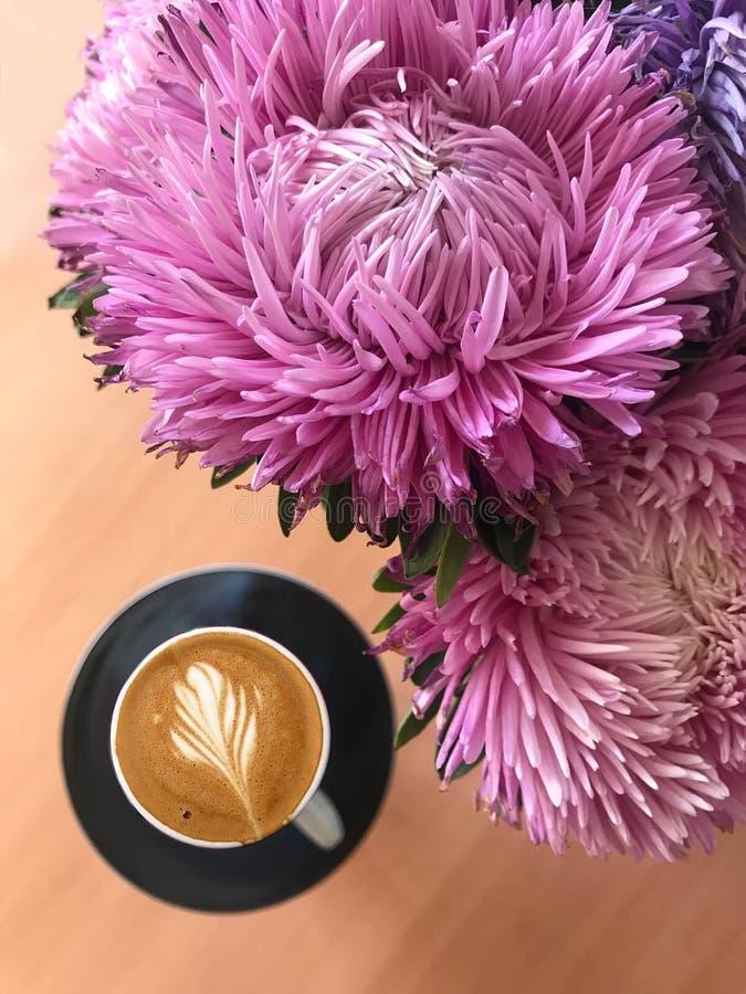 Twee koppen van cappuccino met lattekunst op houten achtergrond Mooi schuim, groen ceramische koppen stock afbeeldingen