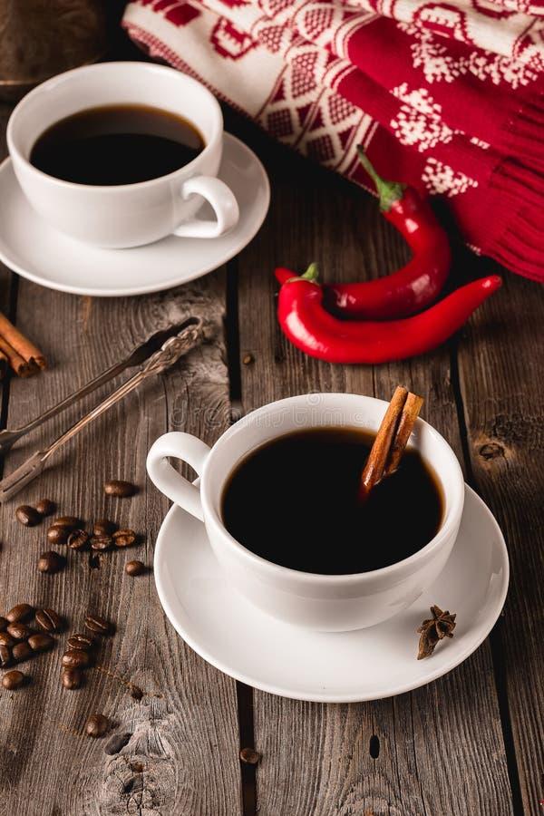 Twee koppen van coffe met kruiden op houten lijst royalty-vrije stock foto
