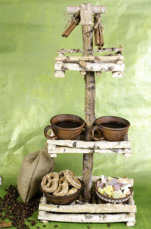 Twee koppen van koffie, koffiebonen, koekjes en fruitsuikergoed op s stock foto's