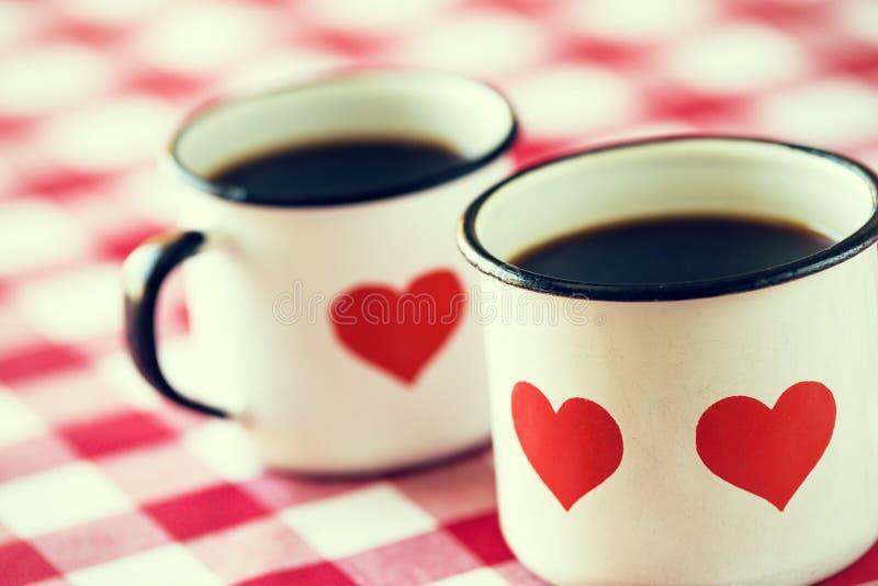 Twee koppen van koffie in oude emailmokken stock afbeeldingen